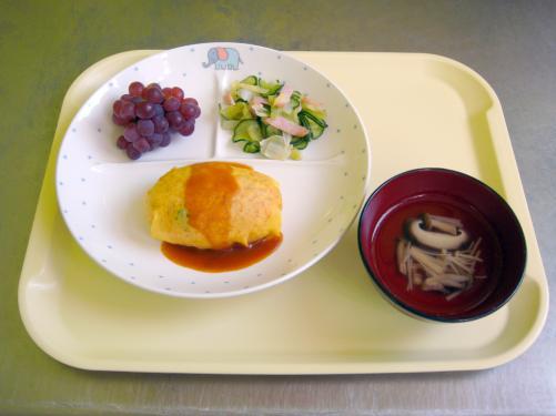 薄焼き卵で包んだオムライス。子どもたちも食べるのがおしそうにス> プーンですくっていました。