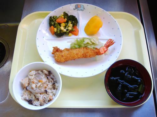 秋らしいキノコをふんだんにつかったきのこご飯。エビフライは子どもたちから「やったー」と歓声が上がりました。