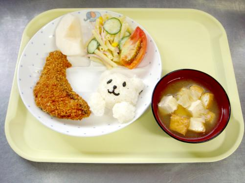 かわいいくま型のご飯と旬の鮭のフライを大喜びで食べていた子どもたちです。