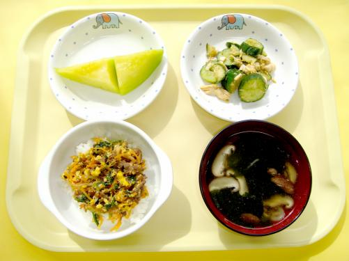 7月誕生会食メニューです。「野菜がいっぱいのってるね」や「美味しいね」と箸が止まらない子どもたちでした。