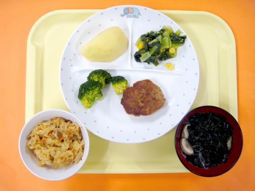 11月誕生会メニューです。炊き込みご飯に子どもたちは、おかわりが止まらない様子でした。